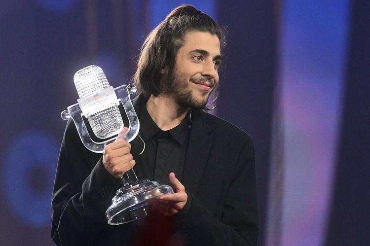 """Сальвадор Собрал и хрустальный микрофон победителя """"Евровидения""""."""