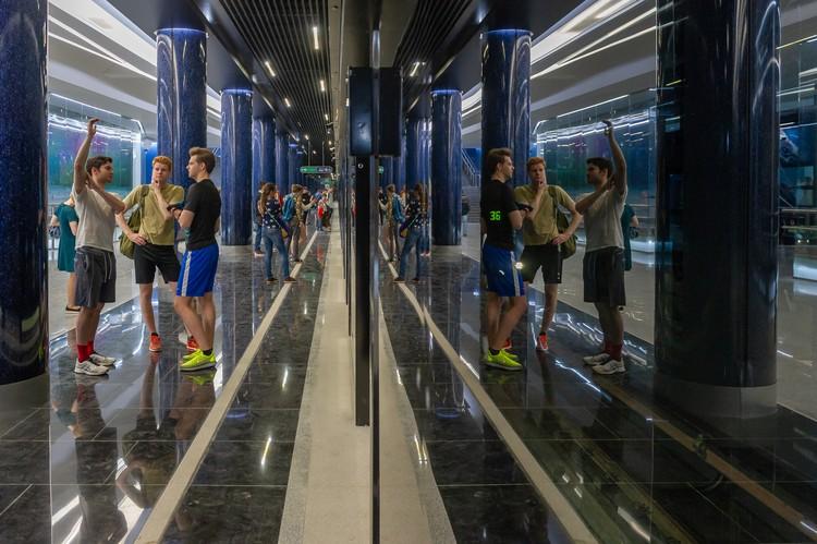 Поезда от пассажиров отделены стеклом