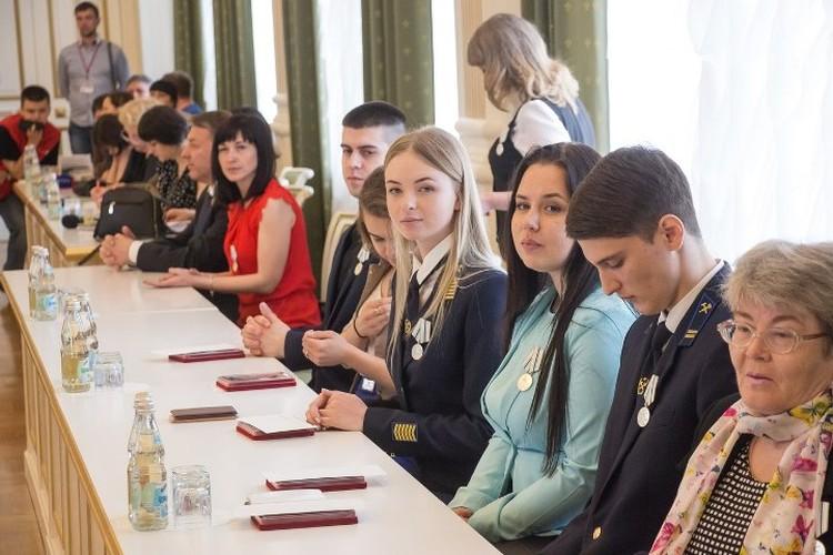 """В Кемерове прошел губернаторский прием, где были награждены 120 человек, которые спасали людей и помогали при пожаре в """"Зимней вишне"""""""
