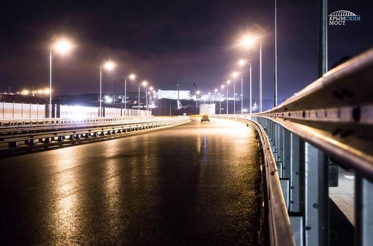 """Система, созданная на Крымском мосту, обеспечит бесперебойную работу искусственного освещения дороги в темное время суток. Фото: Инфоцентр """"Крымского моста"""""""