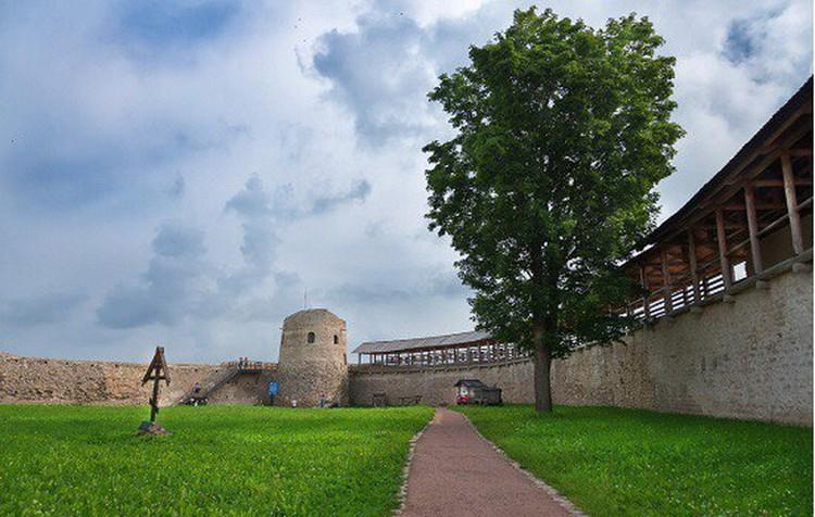 Для желающих проведут экскурсию по Изборской крепости. Фото: пресс-служба Изборского музея-заповедника.