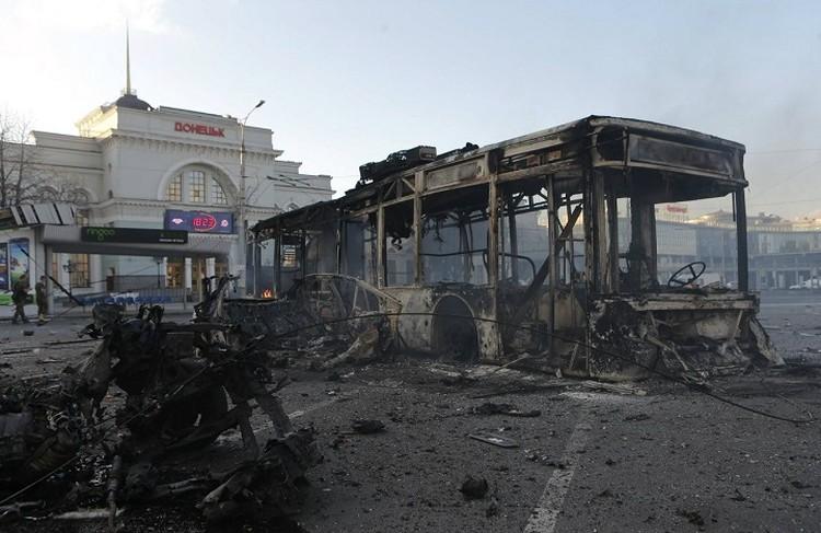 Расстрелянный тролейбус возле жд вокзала. Не танк, не БТР. Гражданский транспорт. Фото: doneck-news.com