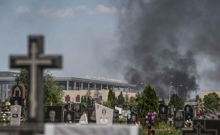 Уже бомбят, но аэропорт и кладбище еще целые. Фото: doneck-news.com