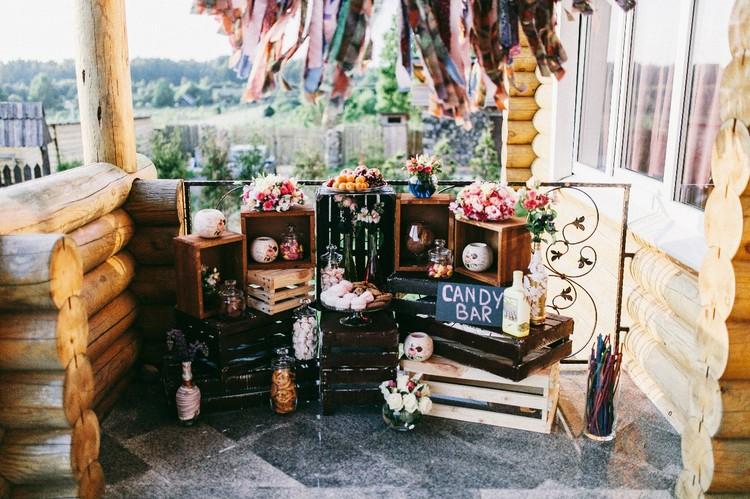 Еще одна фишка современных свадеб - Candy Bar (с англ. - «бар со сладостями»).