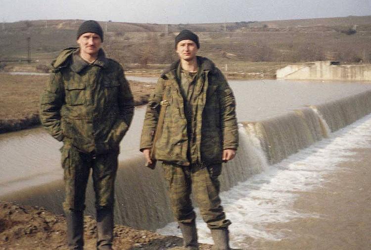 Отслужив два контракта в армии и приняв участие в обеих чеченских кампания, на гражданке он писал пронзительные рассказы и романы о войне