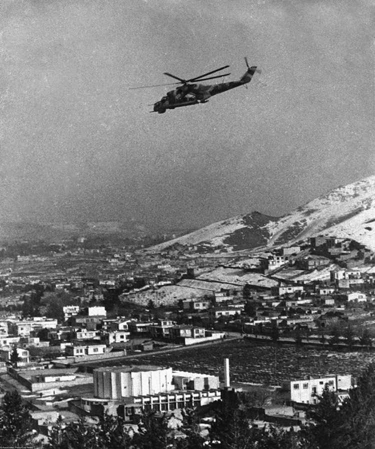 Вертолёт Ми-24 во время патрулирования Кабула, 1980 год.