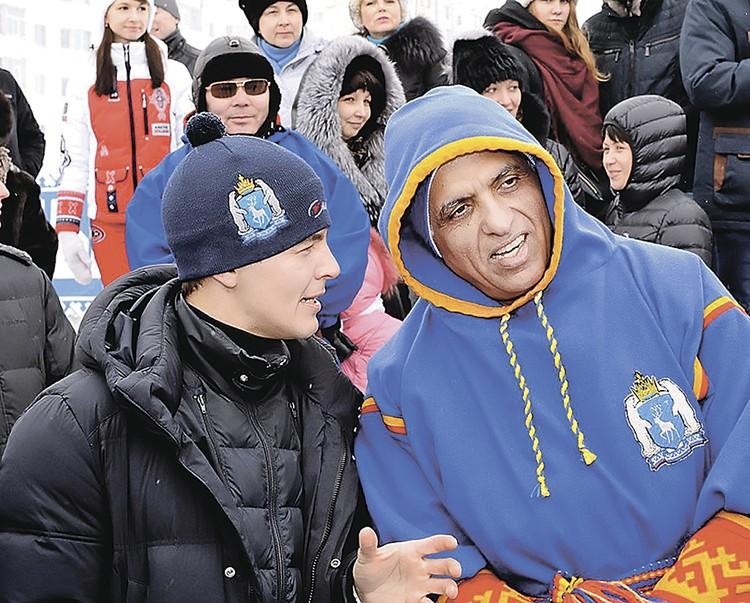 Дмитрий Артюхов (слева) вел на Ямале переговоры с арабским шейхом, согревавшимся в ненецком национальном балахоне. Фото: Пресс-служба губернатора Ямала