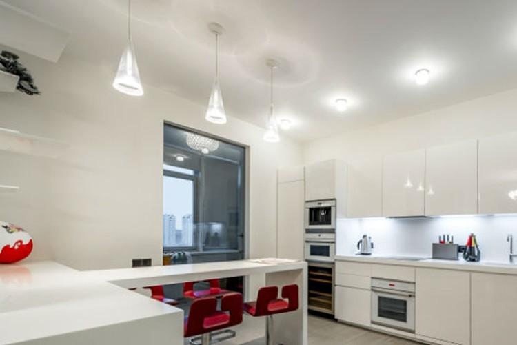 Покупателю достанется квартира с дизайнерским ремонтом в пастельных тонах, дорогой техникой и мебелью от европейских брендов. Фото: mirax-park.com