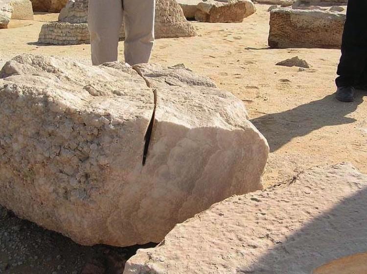Земля, Египет: будто бы марсиане пилили.