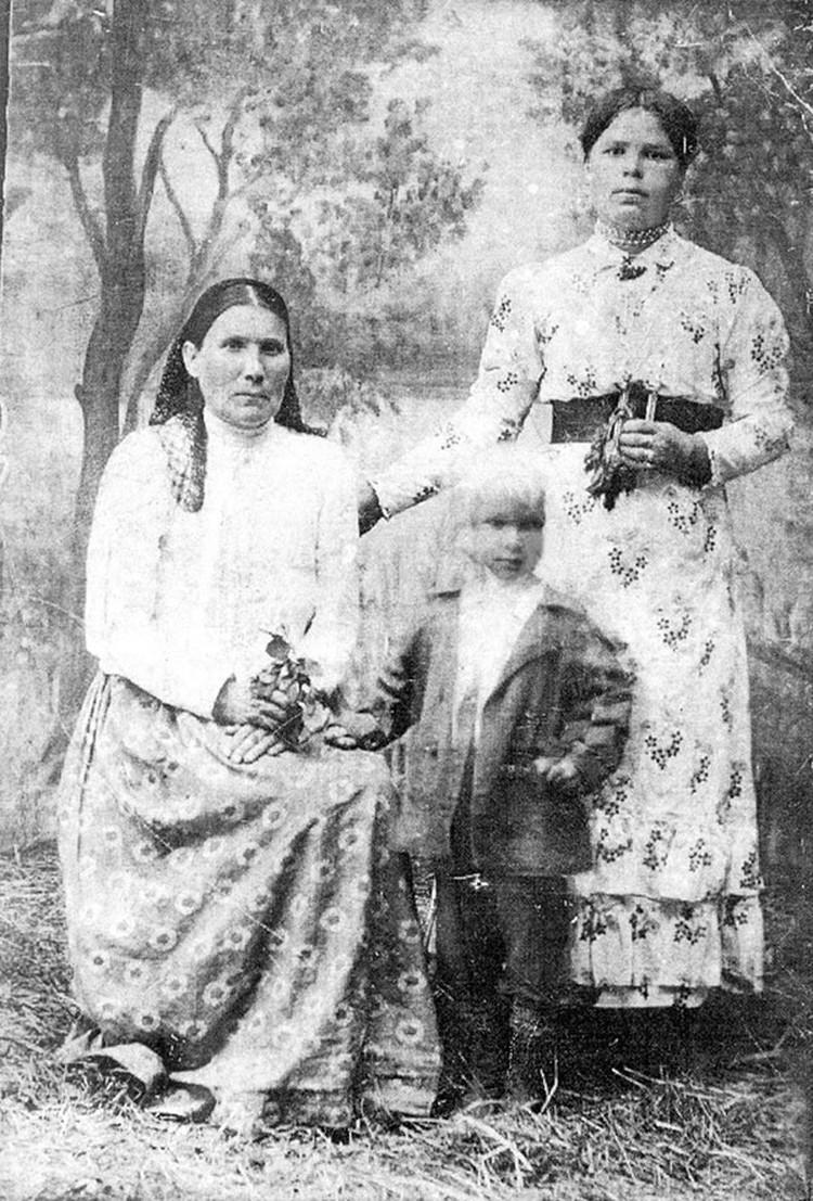 Анна (справа) с матерью и сыном Иваном в 1916 году. Фото: личный архив Разифа Мирзаянова