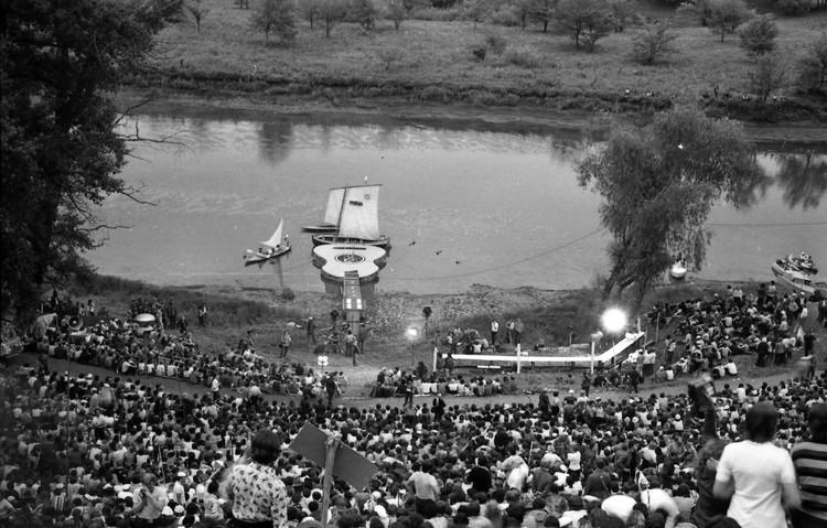 Фестиваль 1977 года - плавающая сцена уже на месте