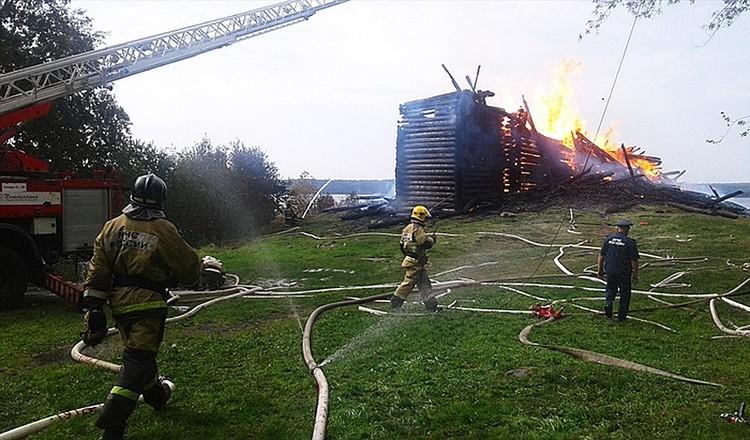 Приехав на место, пожарные принялись набирать воду для тушения огня Фото: Карельский колорит/vk.com