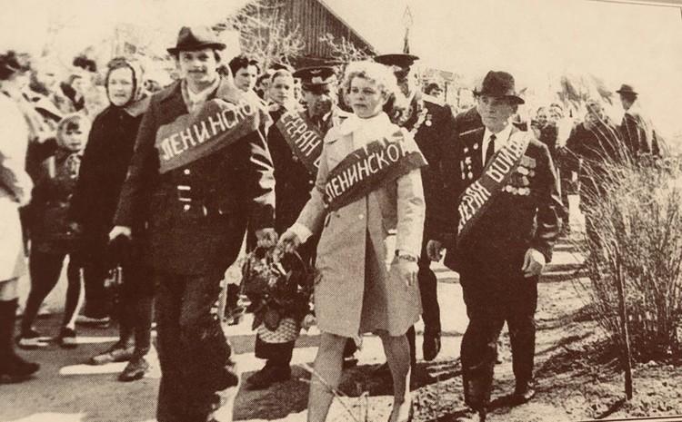 Участники автопробега направляются к братской могиле. Фото: из книги «Комсомол - моя судьба»