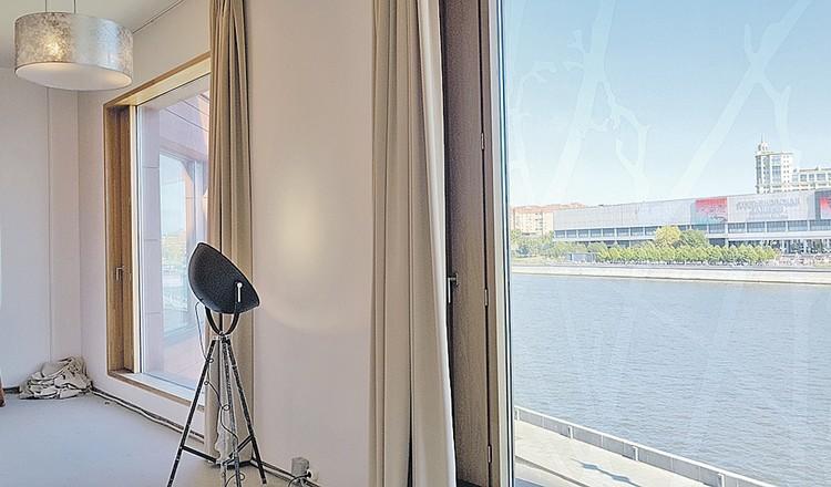 Из окон открывается вид на Москву-реку.