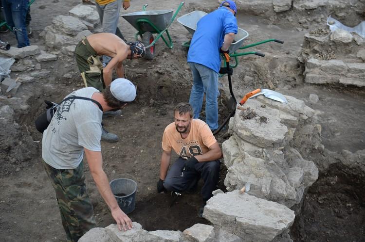 Археологи с помощниками-волонтерами нашли на территории древней крепости стони уникальных артефактов. Фото: пресс-служба администрации Ленинградской области.