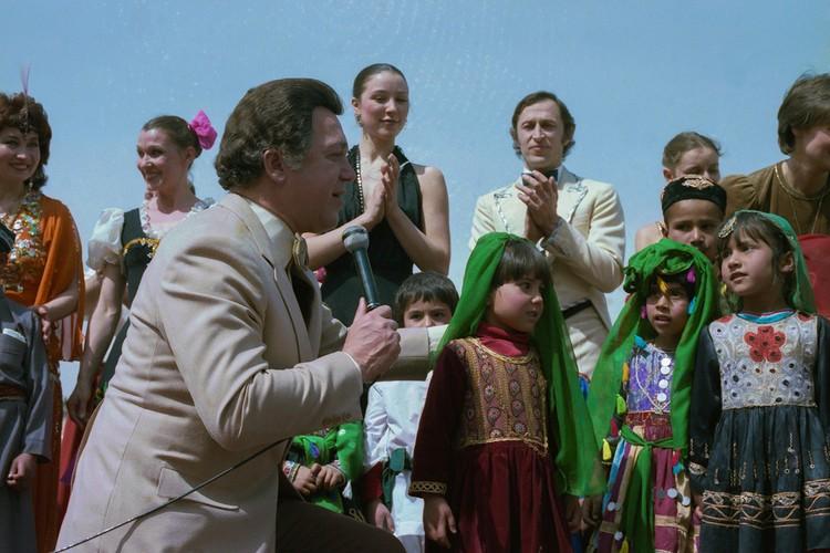 2 августа 1985 г. Известный советский певец Иосиф Кобзон во время выступления на кабульском стадионе
