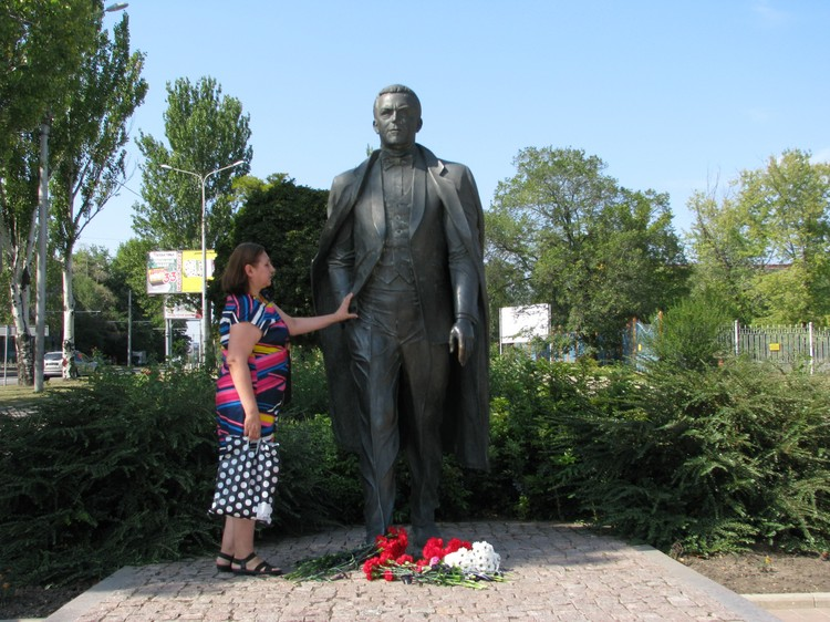 Алла Тарасова одна из первых среди жителей Донецка принесла к памятнику Кобзона цветы