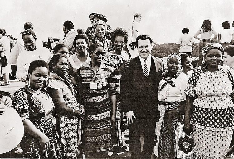 Кобзон пел в Австралии, Азии, Америке, Африке, Европе... 1982 год. После концерта в Анголе.
