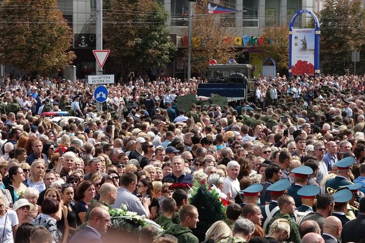 Тысячи людей пришли на прощание.