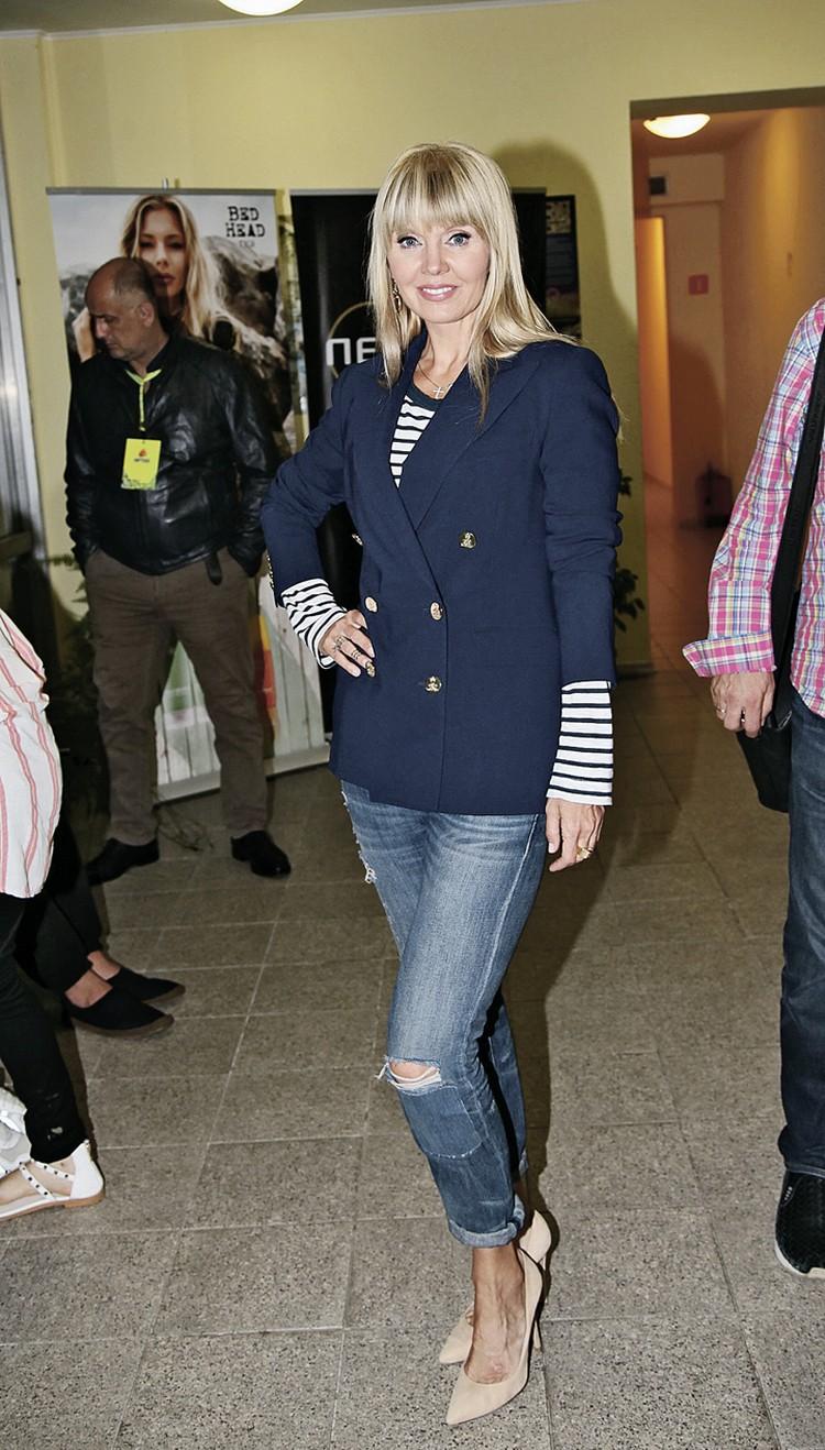Пиджак плюс джинсы - идеальный вариант, когда нужно выглядеть строго, но превращаться в сухаря не хочется. 50-летняя Валерия - тому пример.