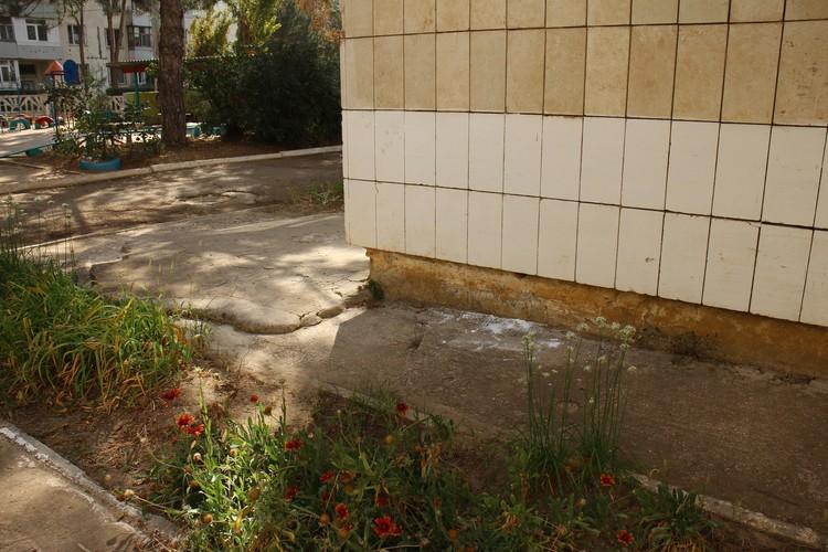 Везде рассыпана сода, ею обрабатывали дороги, детские площадки