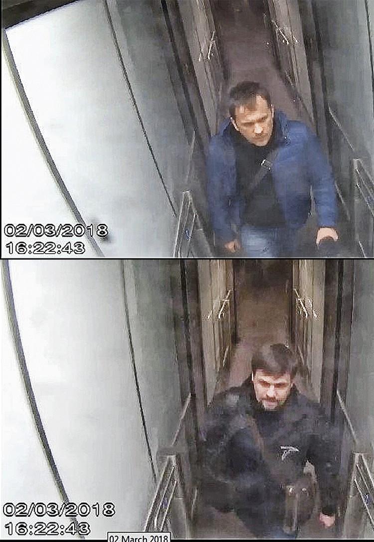 Предполагаемые Александр Петров и Руслан Боширов выходят из зоны прилета международных рейсов аэропорта «Гэтвик». Снимки вызывают вопросы: например, совпадает время съемки. «Офицеры ГРУ» везде ходят в ногу?