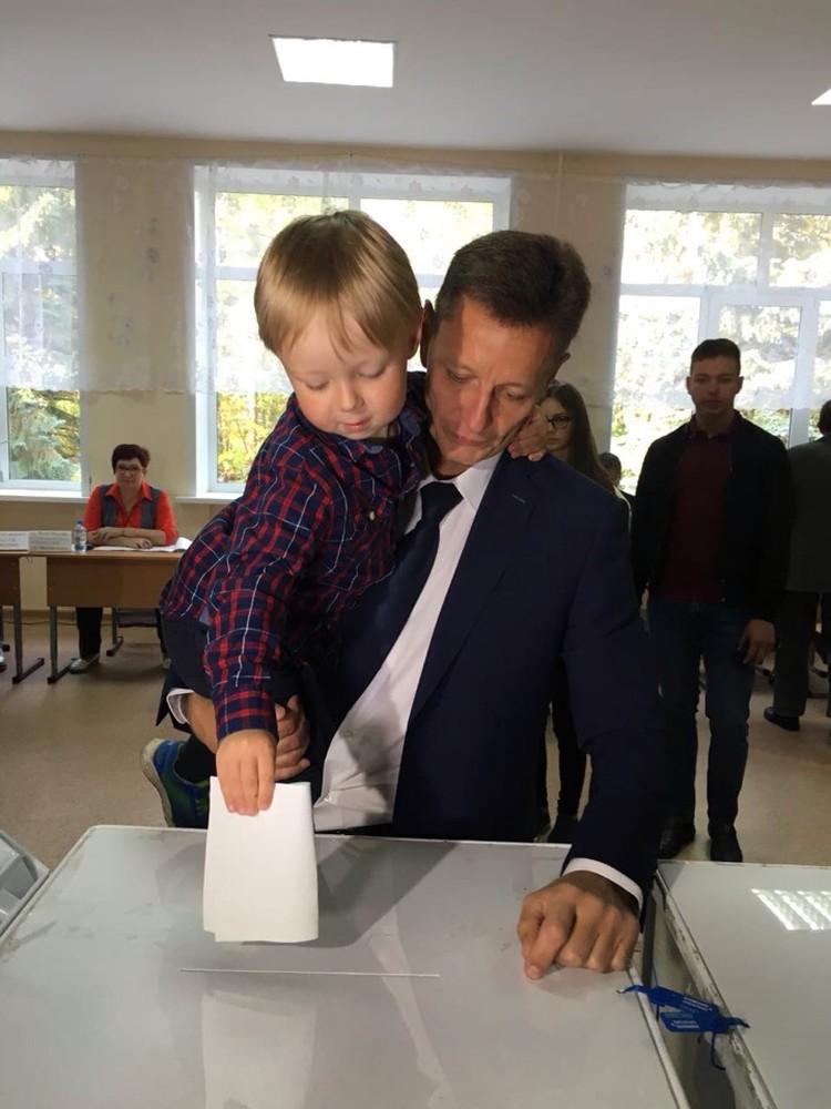 Кандидат в губернаторы Владимирской области Владимир Сипягин проголосовал со своими детьми.