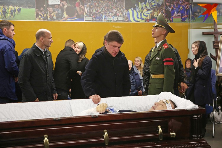 Главный тренер БАТЭ Алексей Бага прощается с учителем.