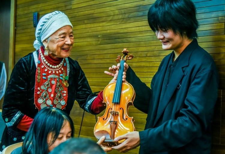 Японец Иссей Курихара, завевавший третью премию, увез домой скрипку стоимостью 20 тысяч долларов, которую приобрел сам маэстро Спиваков