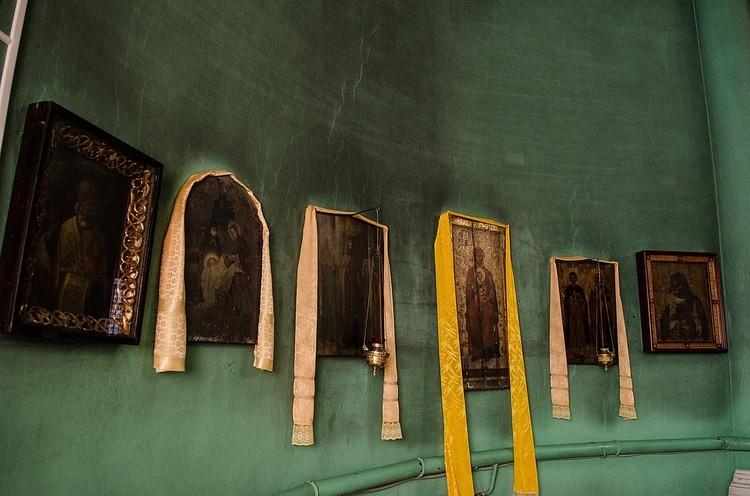 В церкви висят старые иконы