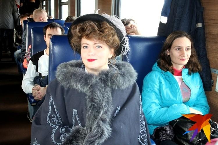 Очаровательная дама Лилия Иванова призналась, что и сегодня в таких костюмах путешествовать удобно. Корсет не жмет.