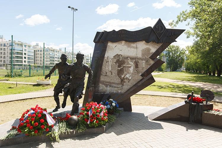 Шесть лет назад участникам блокадного матча открыли памятник.