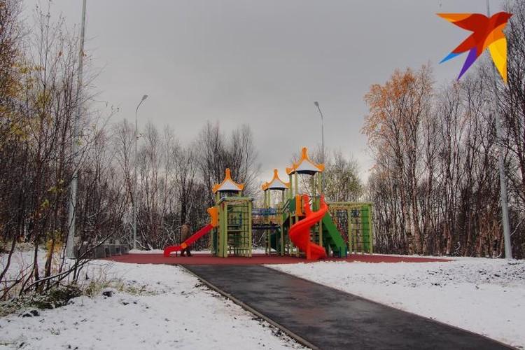Новая детская площадка ярко выделялась в окружении свежевыпавшего снега.
