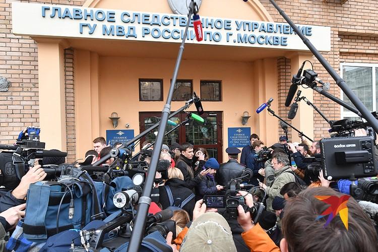 Журналисты несколько часов ждали футболистов у главного входа.