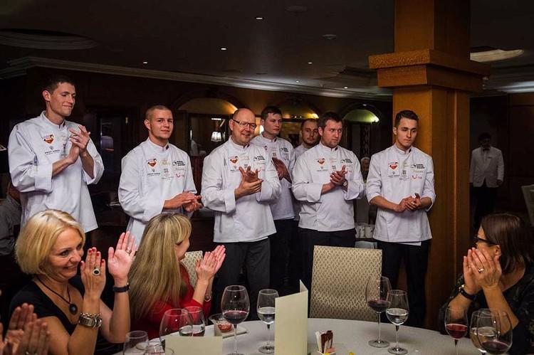 Обычная картина: российские шефы принимают поздравления от зарубежных гостей