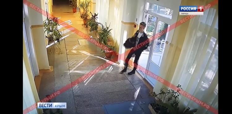 Росляков зашел в колледж с запасного входа, где нет охраны. На своем пути он никого не встретил. Фото: скриншот с видео Вести Крым