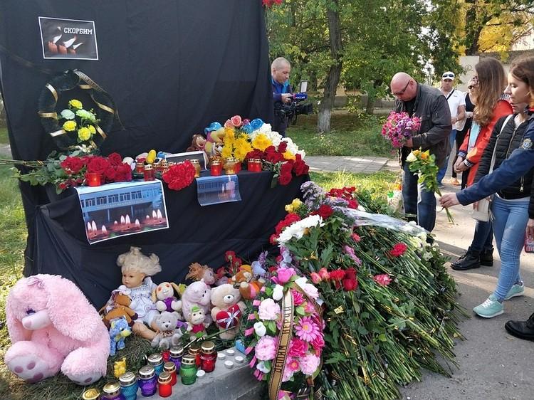 Рядом с колледжем, где произошла трагедия, сделан мемориал