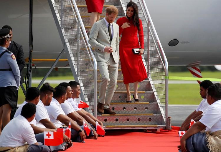 Меган нарядилась в платье красного цвета, в тонах государственного флага Тонго.