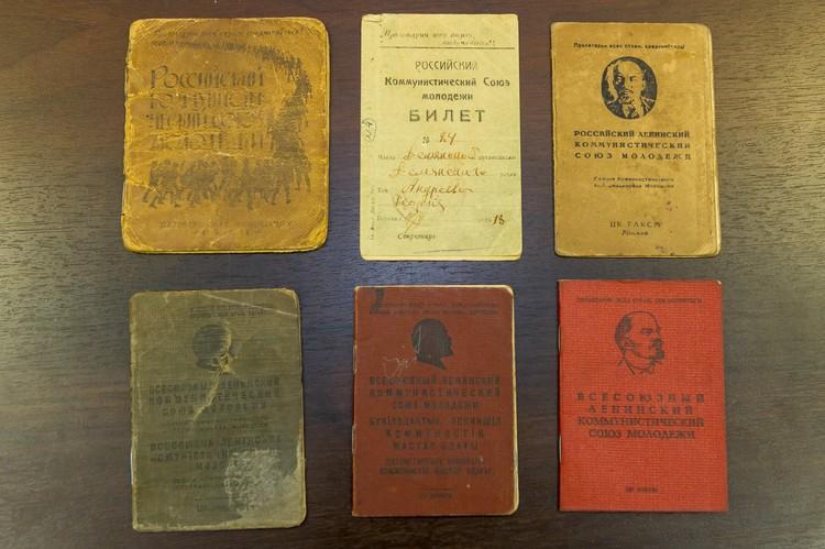Образцы комсомольских билетов разных лет. Фото: Олег ЗОЛОТО