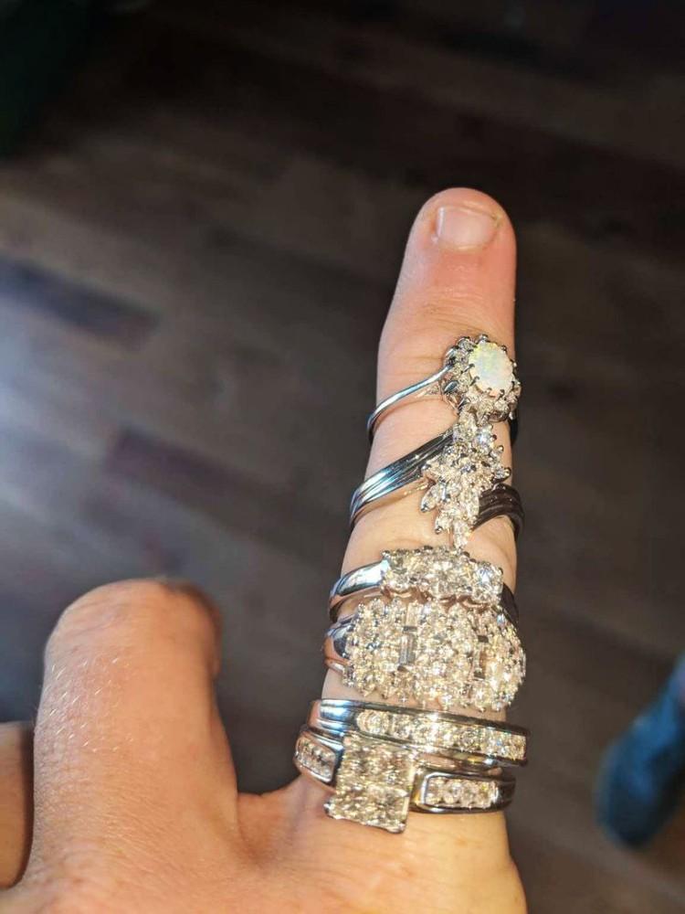 Шесть колец с бриллиантами на сумму 18 тысяч долларов