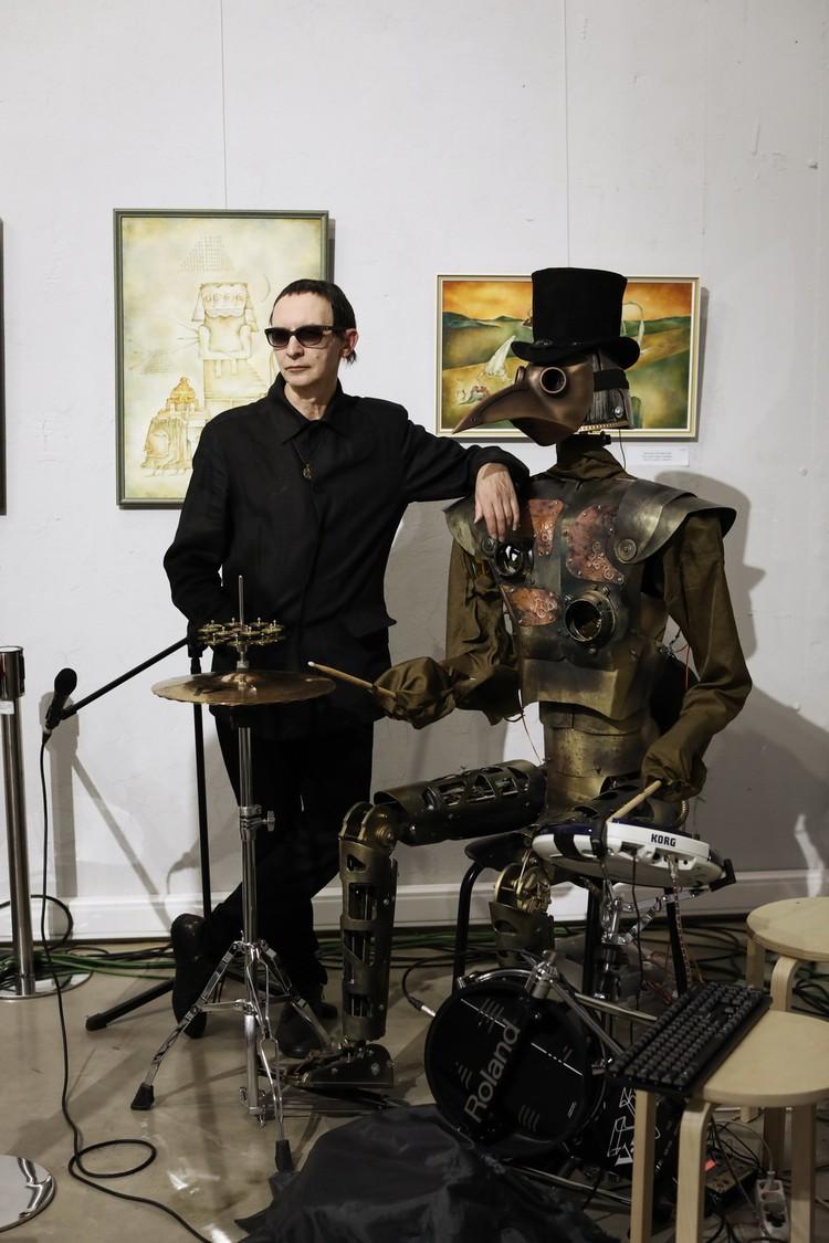 Как признался в беседе Эдмунд Шклярский, сделать робота-барабанщика ему было проще, чем робота-гитариста.