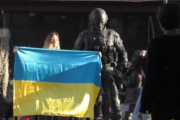 Алена Бардовская сфотографировалась с флагом Украины в центре Симферополя. Фото: кадр видео