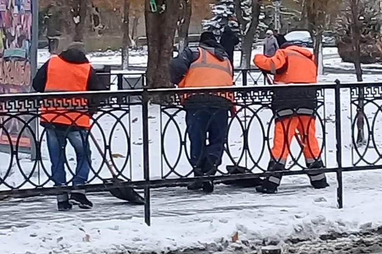 А снег все продолжает идти - и разгребать его, судя по всему, придется долго. Фото: пресс-служба горадминистрации.