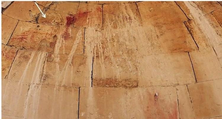 Стрелка указывает на место, где находится лик Иисуса.