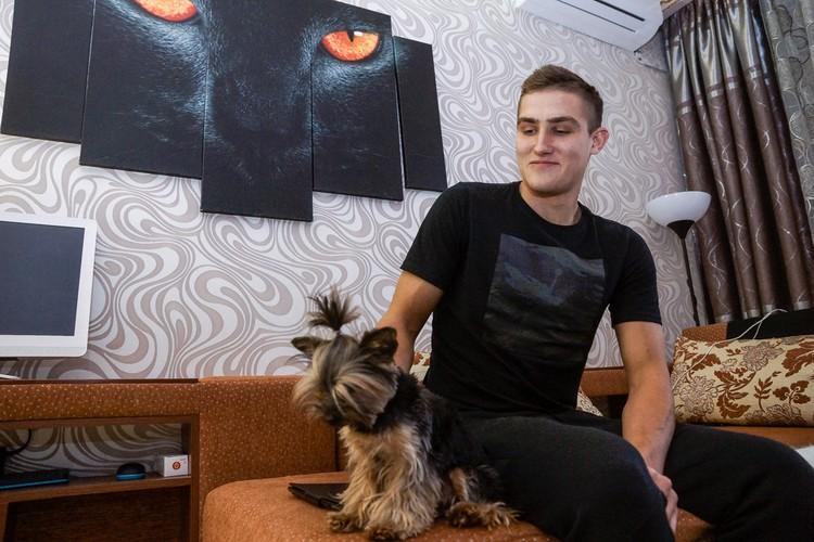 Дома Егора поддерживают не только родственники, но и питомцы - в частности собачки Дебра (на фото) и Ювента
