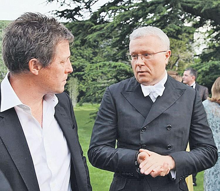 По мотивам своей книги Александр Лебедев (справа) планирует снять сериал. На одну из главных ролей он пригласит своего хорошего знакомого - британского актера Хью Гранта. Фото: Личный архив А. Лебедева