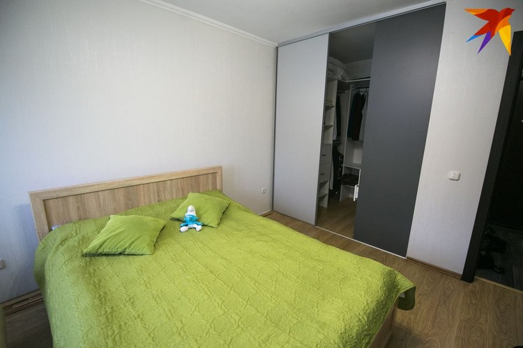 Кровать в спальне стоит всего 70 долларов.