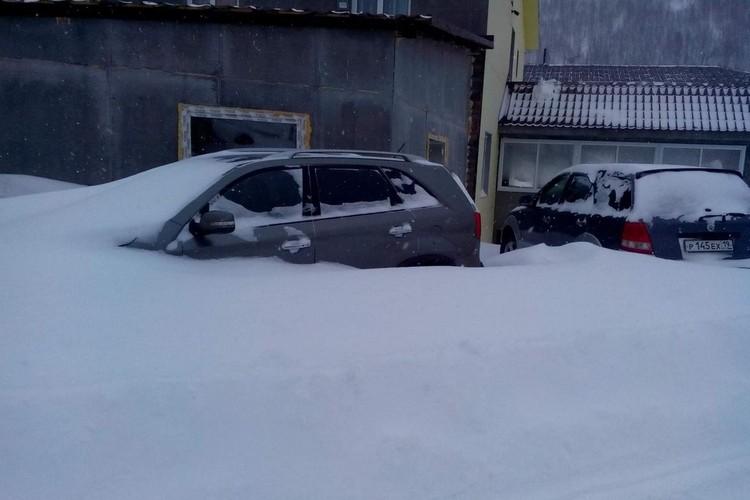 Высота снежного покрова местами достигает второго этажа. Фото: соцсети
