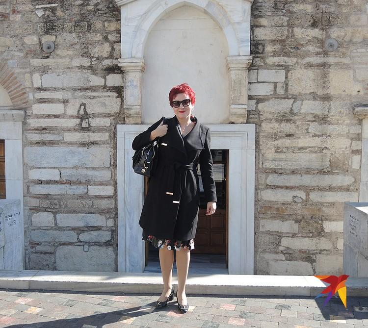 Дарья Асламова на площади Монастираки у входа в греческую церковь.