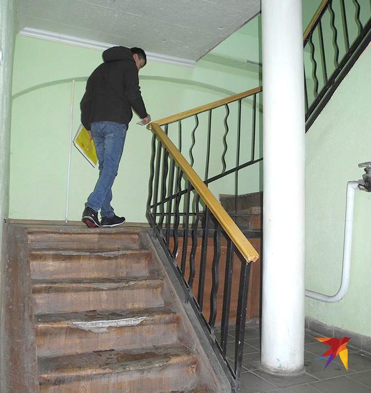 С этой лестницы упали пьяные Таня и Гульназ.